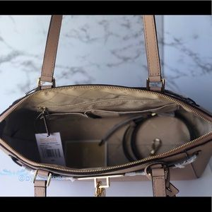 Michael Kors Bags - 🍀 NWT Michael Kors Hamilton Traveler Large Tote